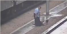 男子随地吐痰被人推下站台 与列车擦肩险丧命