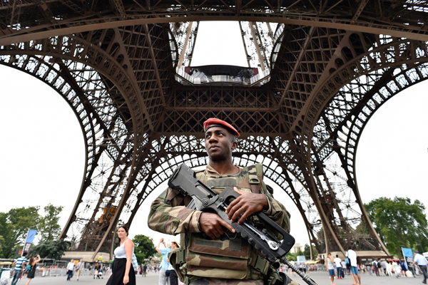 法国军人严防恐袭 驻守巴黎地标建筑