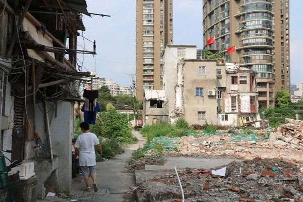 上海闹市区留十余钉子户 房顶插红旗