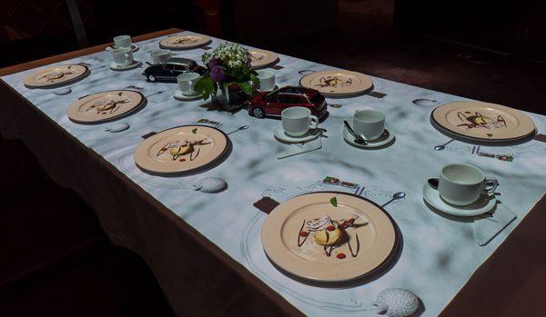 """比利时创意团队3D投影餐桌秀 呈现""""全息冰淇淋"""""""