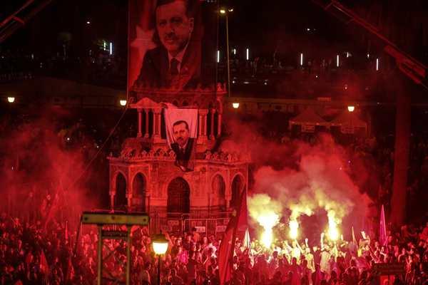 土耳其民众继续抗议军事政变 现场火光冲天