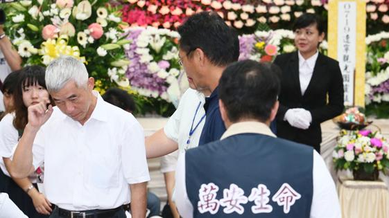 台湾官方勘察起火大巴同款车型 部分官员灵堂上香致意