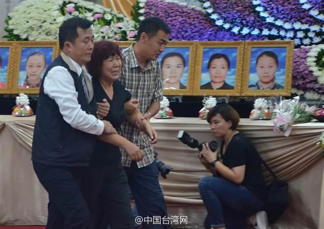 台湾大巴事故罹难陆客家属抵台 灵堂前泪崩