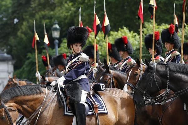 比利时在严格安保下举行国庆阅兵