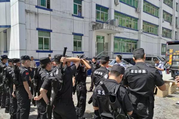 深圳警察表示行走江湖就靠这把大宝剑了