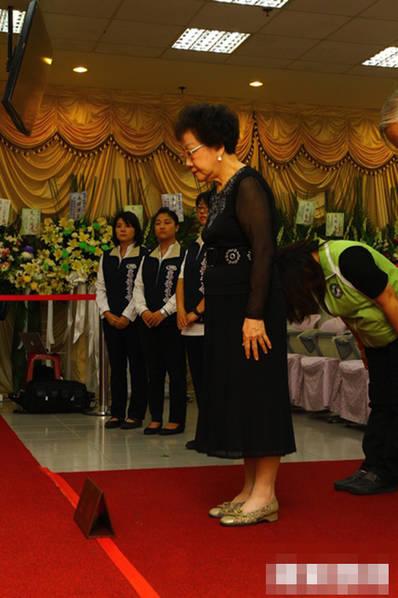 台湾地区前副领导人吕秀莲赴殡仪馆吊唁游览车事故遇难者