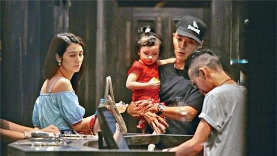 44岁洪欣与丈夫张丹峰逛街 男方抱娃女方买单