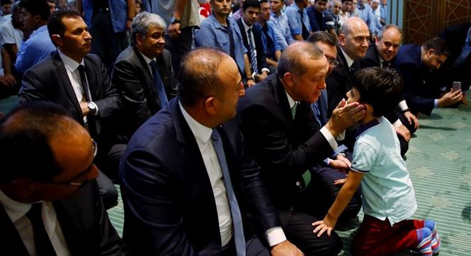 土耳其总统政变后首访被毁议会大厦 亲切问候在场小男孩