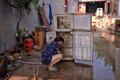 洪水退去后 村民收拾混乱的住所