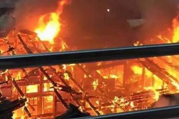 福建300年名人故居被烧 现场火光冲天