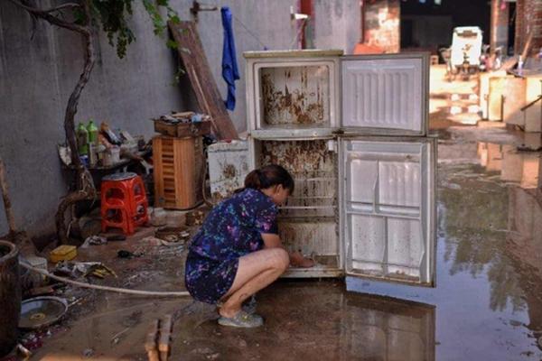 洪水退去后,村民收拾混乱的住所