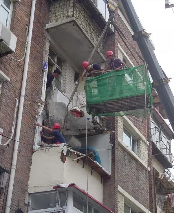 天津一小区阳台突然坠落 砸中面包车