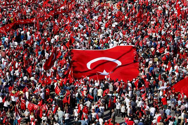 """土耳其伊斯坦布尔多党派民众集会 广场变""""红色海洋"""""""