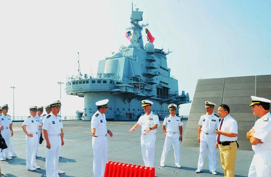 美国海军作战部长访问辽宁舰