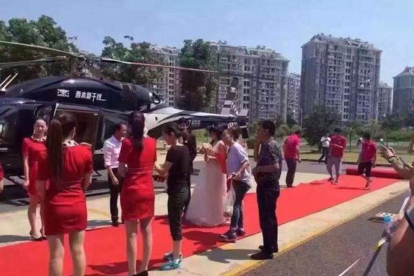 土豪结婚用直升机娶亲 引发交通拥堵