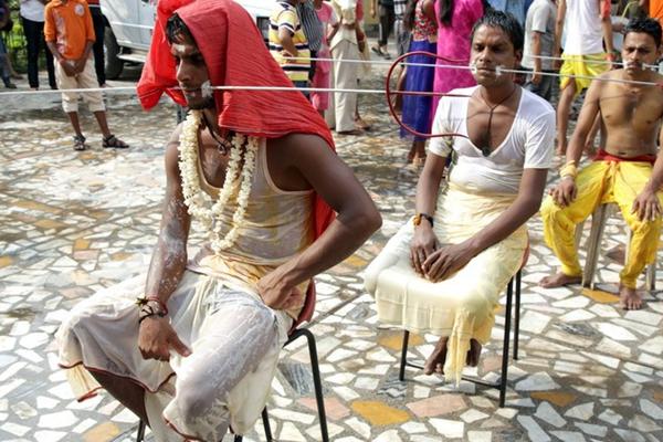 印度教信徒参加宗教游行 上演惊心钢条穿脸