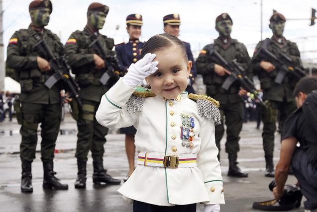 图片一周精选 三岁萌娃穿军装看阅兵