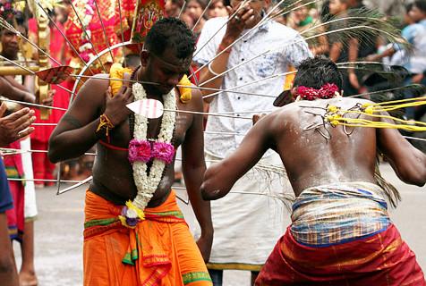 印尼信徒铁钩穿身游行 庆祝大宝森节