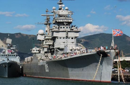 俄军唯一火炮巡洋舰迎接解放军