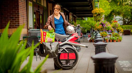 暖心老爸为女儿打造独轮摩托车