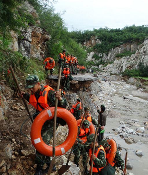 河北上千村民暴雨被困 武警冒雨摸黑6小时急救