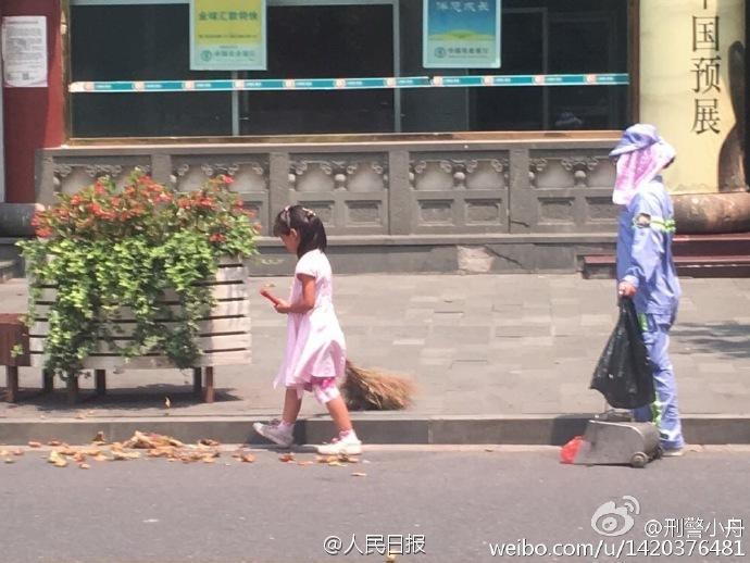 上海高温40℃ 小女孩帮环卫妈妈扫地