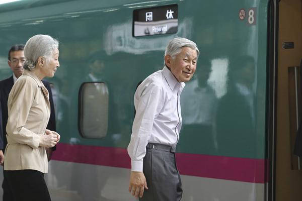 日本天皇夫妇乘新干线前往皇家别墅度假
