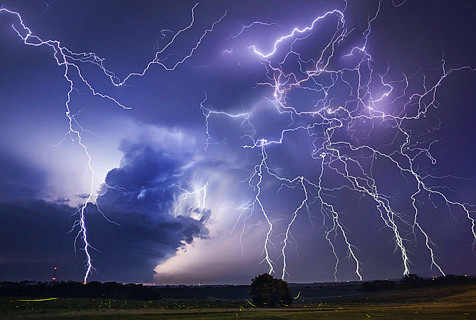 美摄影师追拍雷暴天气 画面似大片