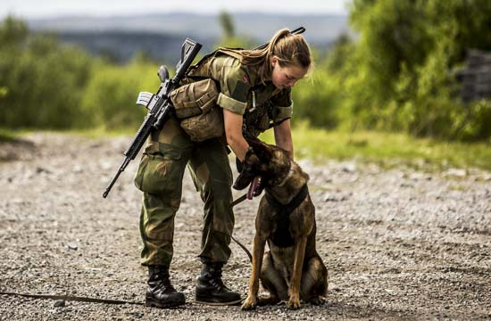 挪威女兵在俄罗斯边境线上巡逻