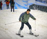 告别高温 千名游客坐火车赴室内滑雪场避暑
