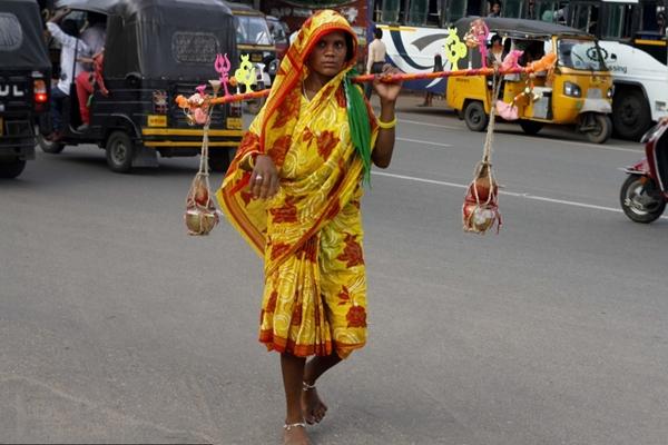 印度:信仰与光荣 赤足百公里挑圣水