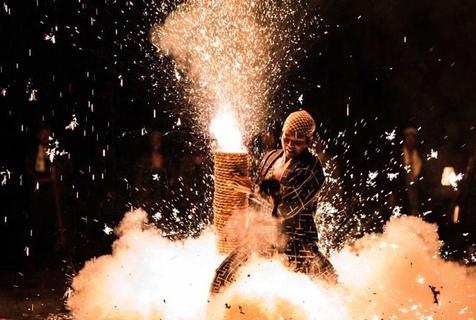日传统节日焰火表演 花火可窜9米高