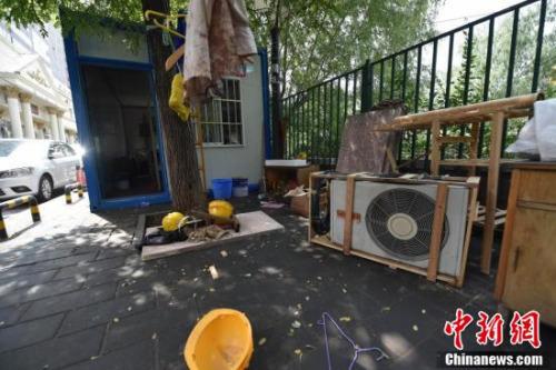 """北京""""柜族""""居所被责令拆除 工人被临时安置住宿"""