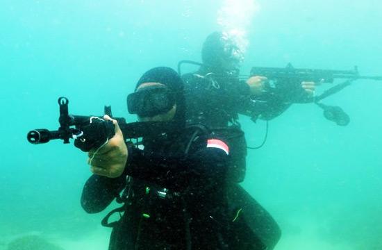 解放军蛙人在南海演练水下渗透