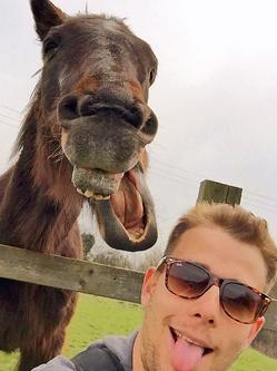 英男子与马自拍 造型滑稽令人捧腹