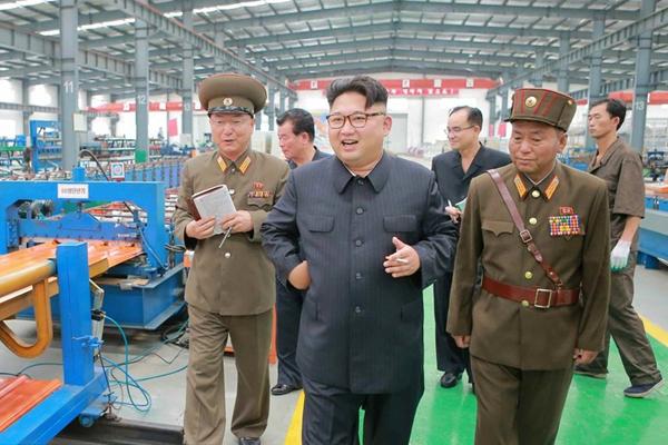 金正恩视察朝鲜建材工厂