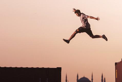 土耳其男子50米集装箱上玩跑酷