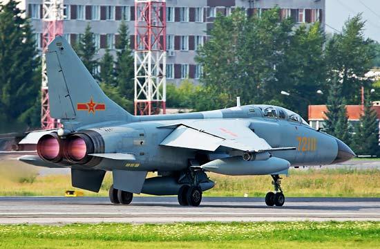 中国飞豹战机现身俄罗斯机场