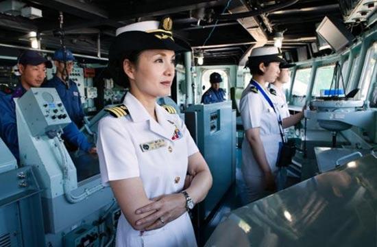日本海自女舰长领导210名男兵
