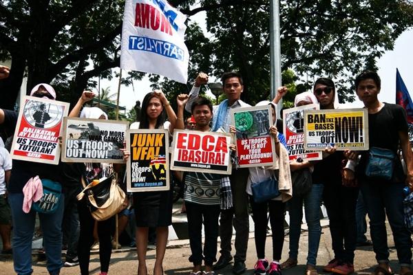 菲律宾爆发反美抗议 示威者在警察前高调举牌抗议
