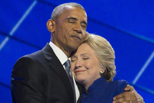 奥巴马现身美国民主党大会演讲 与希拉里同台亲密拥抱