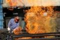 安徽室外气温37℃烈火窜起 炼焦工人挥汗如雨