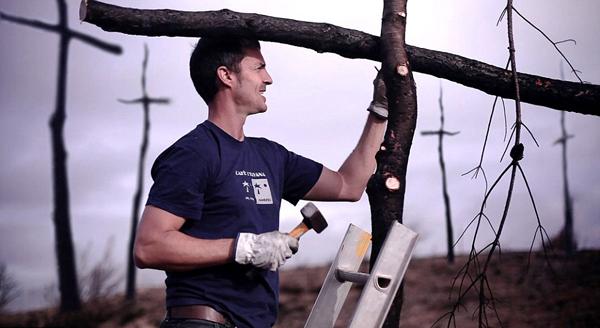 西班牙消防员制作上千十字架纪念被火灾烧毁森林