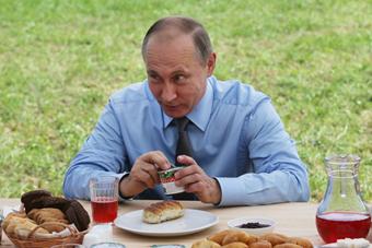 俄总统普京下乡参观 与农民边吃边聊