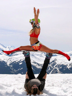 瑞典美女旅游地标前展瑜伽术网络走红