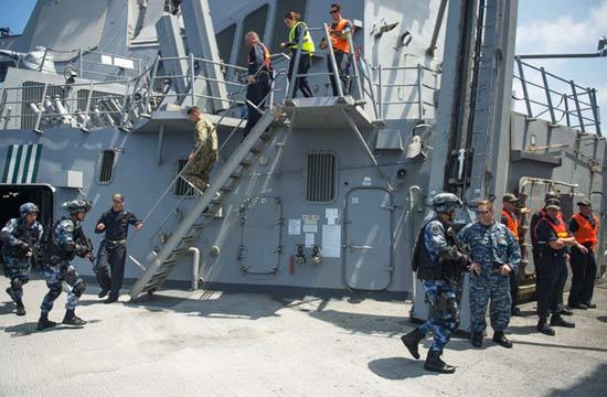 解放军登上美军宙斯盾舰检查