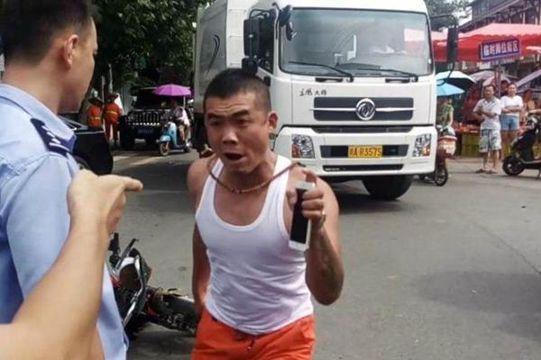 """成都男子高呼""""警察打人"""" 阻碍执法被拘"""