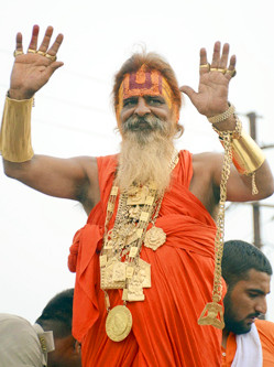 印度朝圣者炫富 佩戴25斤金首饰