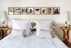 主卧室床头上的画作出自Andreas Hoffer之手,两个床头柜是Robsjohn Gibbings的原作,来自20世纪30年代,台灯由Garouste & Bonetti设计。