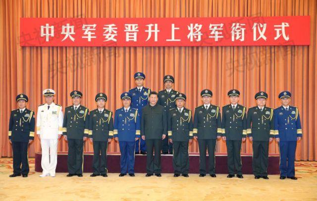 中央军委晋升2名上将 习近平颁发命令状